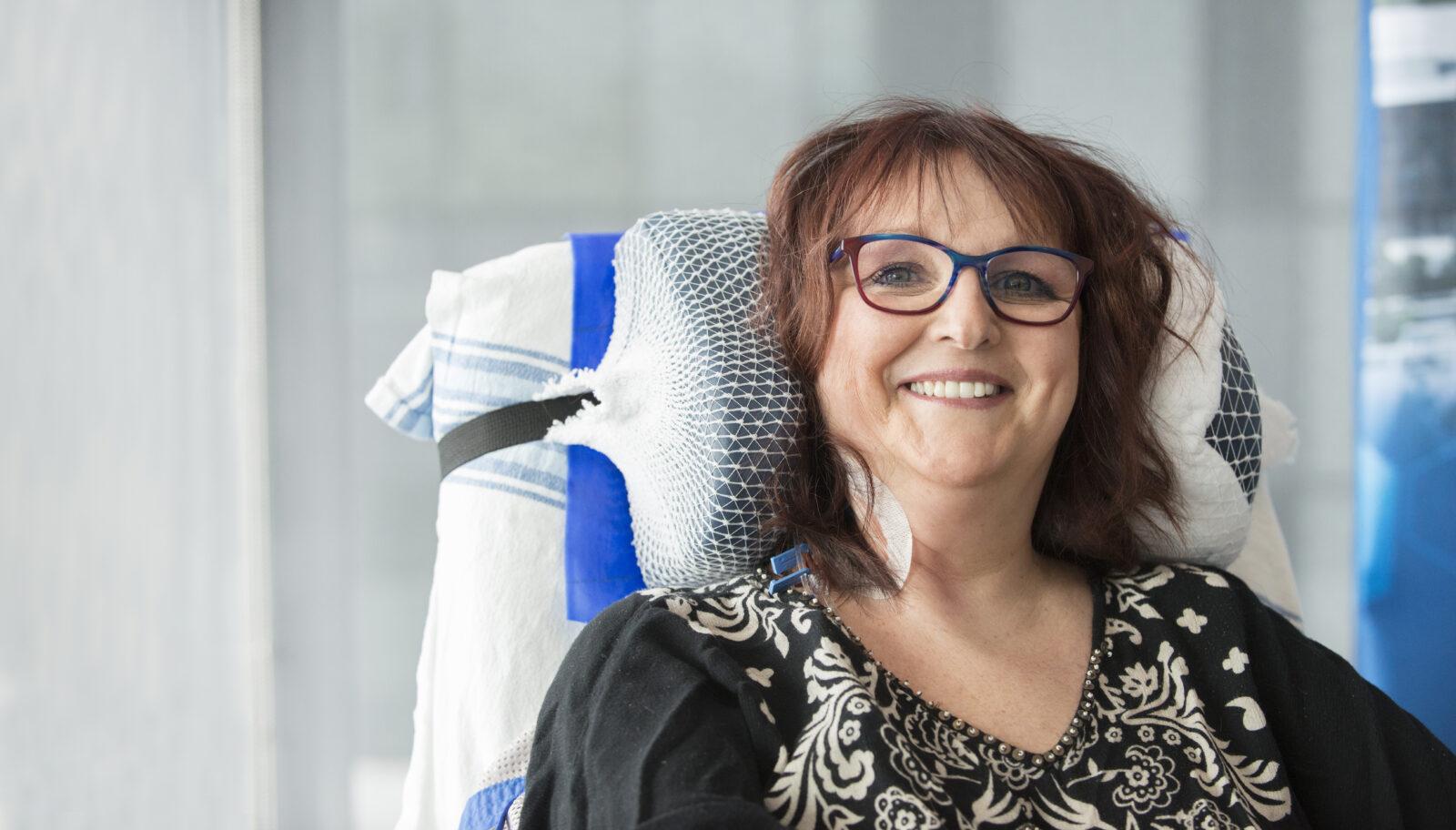 Femme souriante en fauteuil roulant